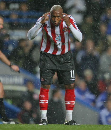 El-Hadji Diouf remonstrates with his Sunderland team-mates after Chelsea score their fifth at Stamford Bridge