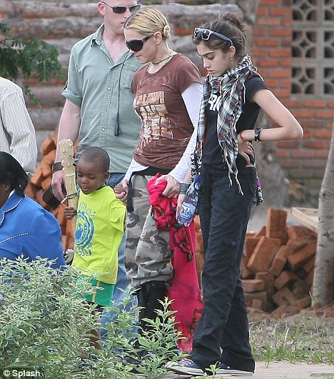 Madonna visits with her family, Lourdes, Rocco, David Benda the Mphandula Child Care Center of Lilongwe 30/03/09