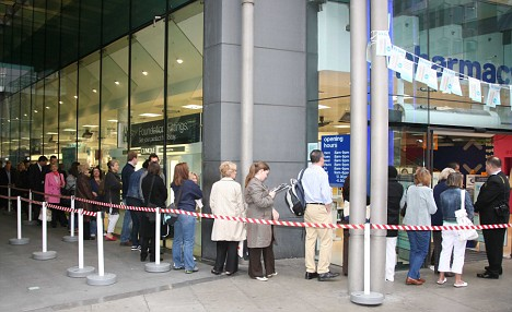 Queues for Boots No 7 PROTECT & PERFECT SKIN CREAM