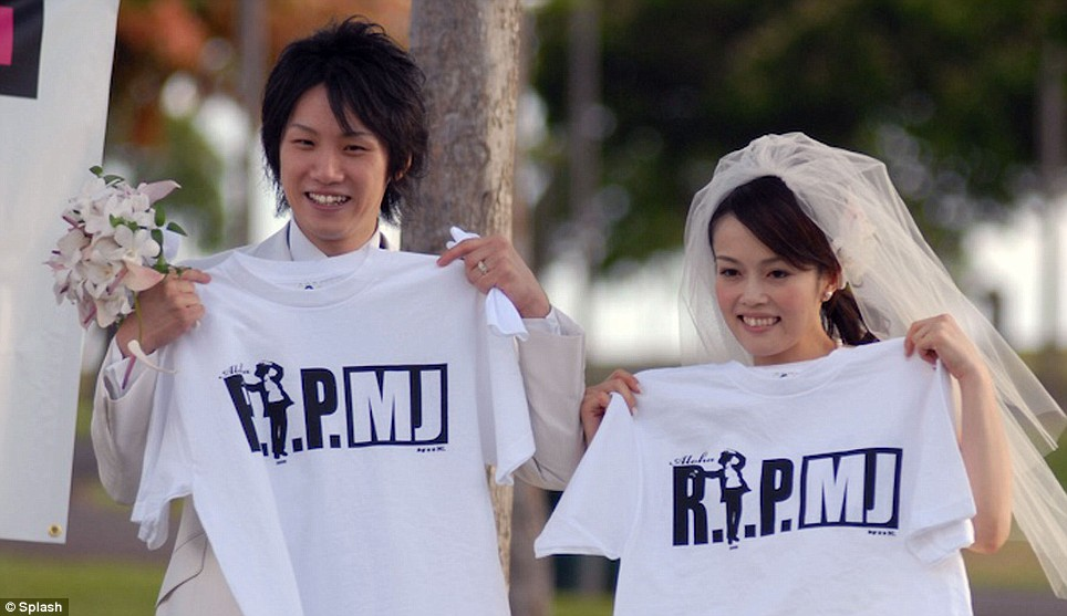 """A couple from Japan in Hawaii for their wedding receive """"RIPMJ"""" t-shirts"""