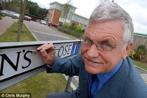 Apostrophe Now: Stefan Gatward makes the change to the sign for St John's Close