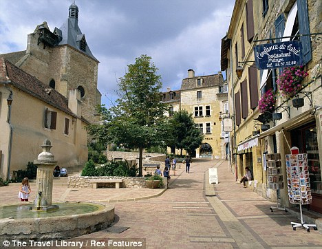 VIEW OF SMALL SQUARE WITH FOUNTAIN, BERGERAC, DORDOGNE, FRANCE