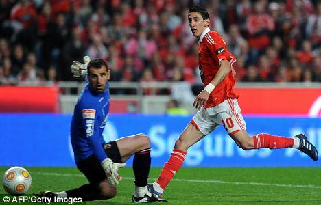 Angel Di Maria (R) kicks the ball past by Braga's goalkeeper Eduardo Carvalho