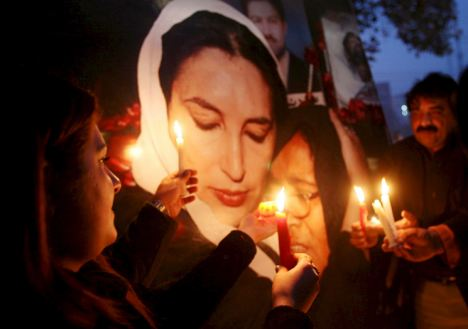 Supporters of slain opposition leader Benazir Bhutto light candles