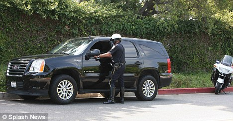 Jessica Alba gets pulled over for speeding in Beverly Hills but is lucky enough to escape without a ticket.