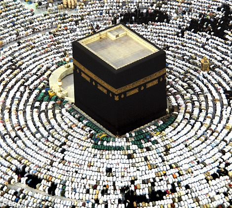 worshippers praying around the Kaaba