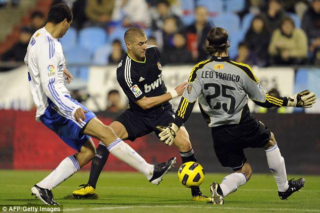 Karim Benzema (centre) toils against Zaragoza