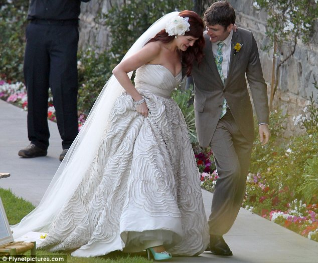 what a beautiful bride sara rue looks radiant in her