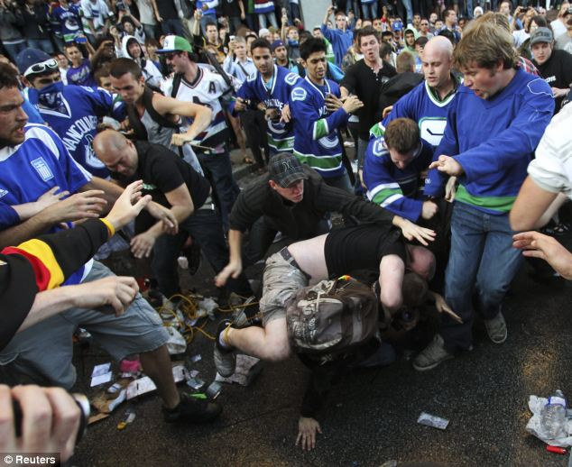Fans started fighting in the street after the defeat at the NHL Stanley Cup playoffs
