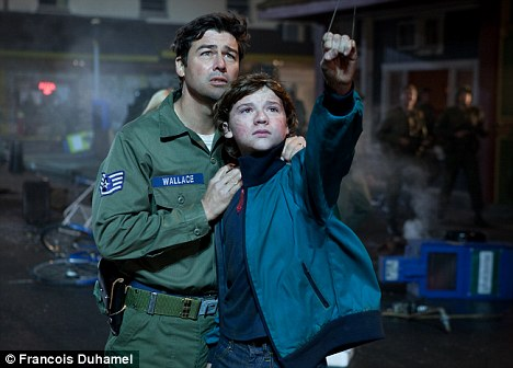 Littered with the s-word: Kyle Chandler and Joel Courtney on Super 8
