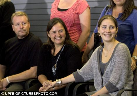 Press conference: Amanda Knox and her parents Kurt and Edda smile at supporters during a news conference at the Seattle-Tacoma International Airport