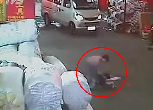 Good Samaritan: Eventually a woman dragged Yue Yue from to the side of the road before her mother arrived on the scene