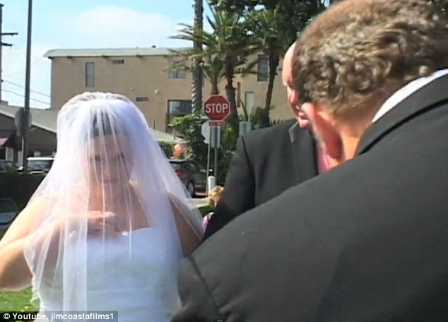 Special day: The preacher speaks, the phone vibrates and the bride's hand goes down the front of her dress