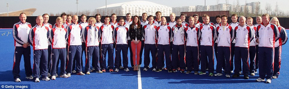 Duchess of Cambridge poses with the GB Mens's Hockey Team