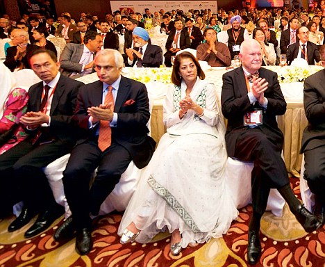 Anwar Bin Ibrahim, Pakistan¿s High Commissioner Shahid Malik, Rekha Purie, US Charge D¿Affaires Peter Burleigh, Aroon Purie, former US ambassdor Frank Wisner, and former finance and foreign minister Jaswant Singh applaud Henry Kissinger during his speech