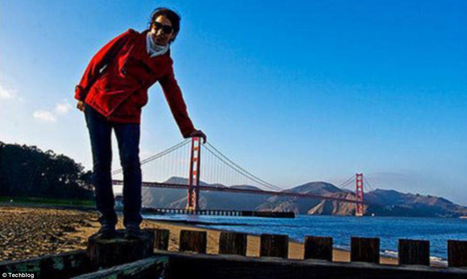 San Francisco: A 'giant' tourist leans on the Golden Gate Bridge
