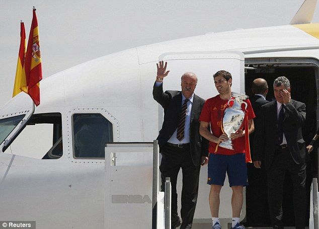 Spain off the plane: Iker Casillas holds the trophy alongside boss Vicente Del Bosque