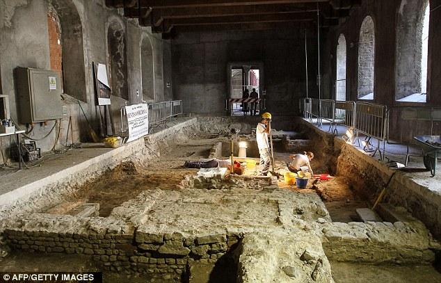 The convent was the burial site of  Lisa Gherardini, wife of the wealthy Florentine silk merchant Francesco del Giocondo, who modelled for Leonardo Da Vinci