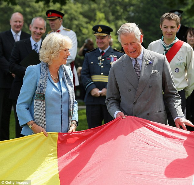 Ready ... : Prince Charles, Prince of Wales and Camilla, Duchess of Cornwall take part in a Youth Showcase 'Parachute game' during a visit to Saumarez Park