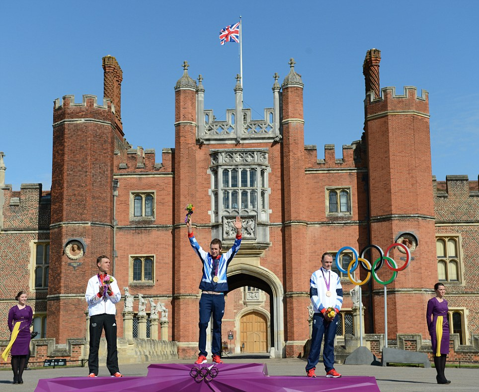 Wiggins (top) with Tony Martin (silver, left) and Chris Froome (Bronze) on the podium in front of Hampton Court Palace