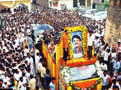 Crowd of mourners during the funeral ceremony of Union Minister Vilasrao Deshmukh in Latur on Wednesday