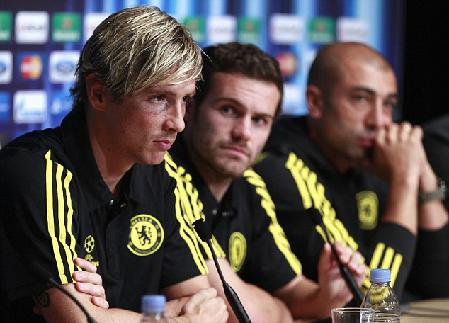 Up for the cup: Fernando Torres speaks as Juan Mata (centre) and manager Roberto Di Matteo pay attention
