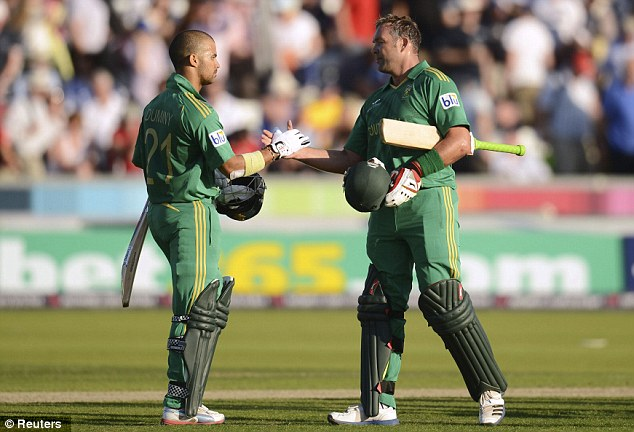 Fluent: JP Duminy (47no) and Jacques Kallis (48no) shake hands after steering South Africa to a comprehensive victory