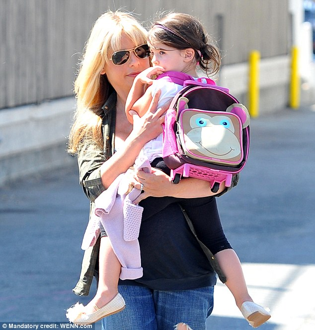 Hands-on: The actress resorted to carrying her child despite sporting a huge baby bump