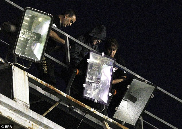 Fruitless: Electricians try to repair the floodlighting of the Vallecas stadium