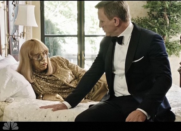 007 in bed: In the same video sequence her gets close to a gold Penny Marshall played by Fred Armisen