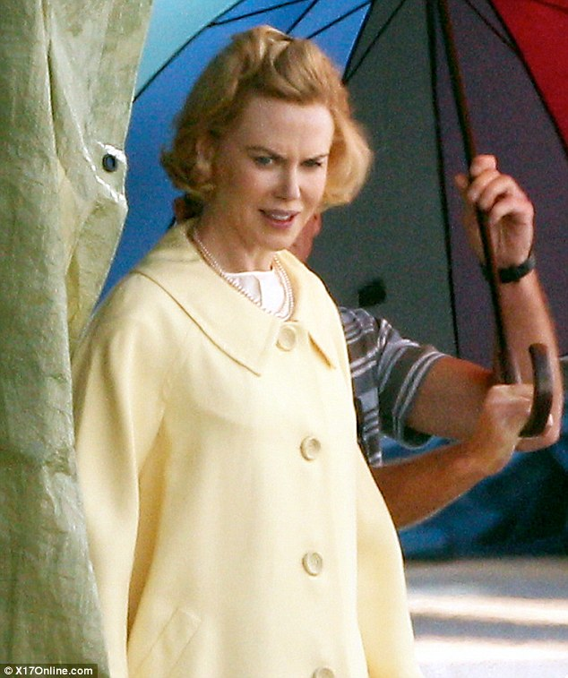A closer look: Nicole made her way to set with the help of an assistant, who shaded her with an umbrella