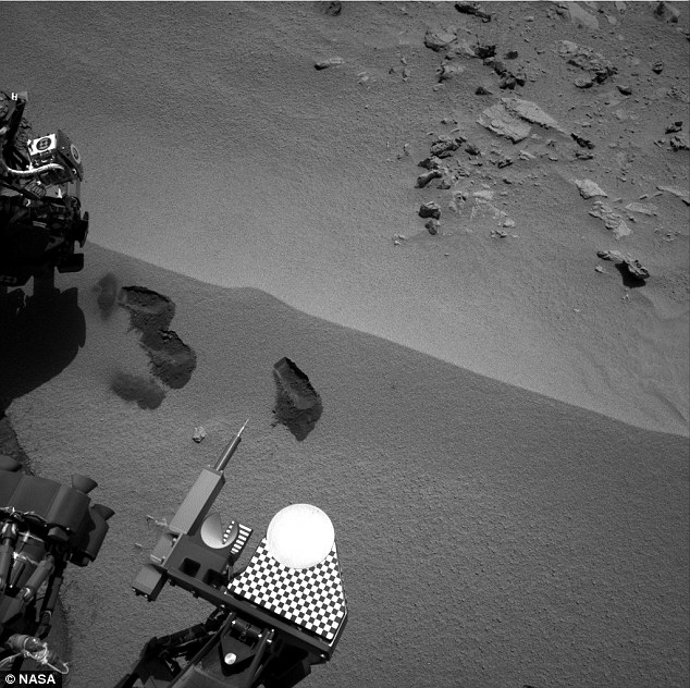 Curiosity on the red planet with the scoops of ground it has taken clearly visible. The soil was placed in the analysis instruments at the bottom of the picture.