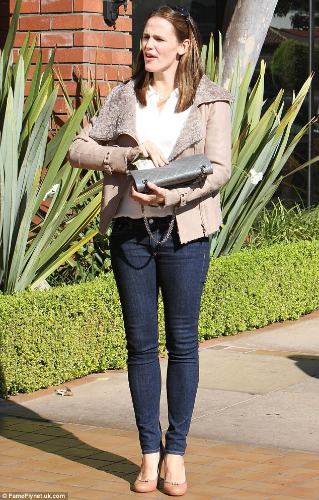 They're a winner! Jennifer Garner was once again in her indigo skinny jeans as she enjoyed another lunch in Brentwood on Tuesday