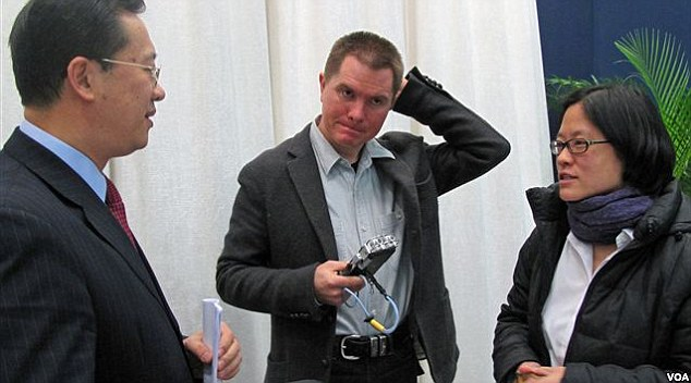 Chris Buckley (center), then a Reuters reporter and Stephanie Ho (right), then VOA Beijing Bureau Chief, talk with Ma Chaoxu, a Chinese foreign ministry official in 2010