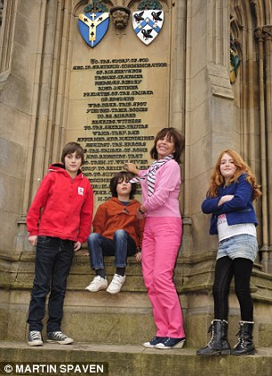 The children aren't so enthralled by the Martyr's Memorial in Oxford