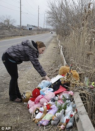 Shannon Whetstone reads notes left at the scene where the teens were killed
