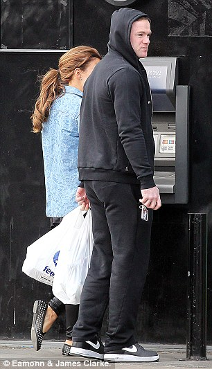 £10 or £20, Wayne? The Rooney's withdraw some cash