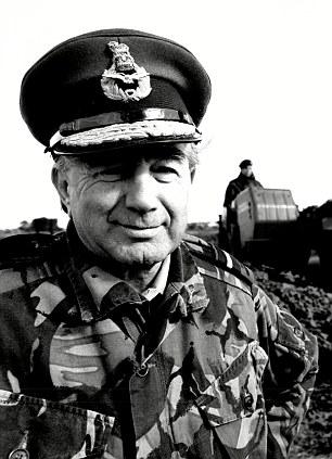 Sir Rex Hunt with Falkland gun - 1988