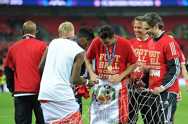 Souvenir: Bayern players snip the nets to take home a memento from Wembley
