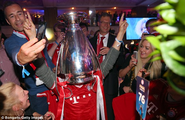 Always one: Munich fan and alpine skiier Felix Neureuther puts the trophy on his head