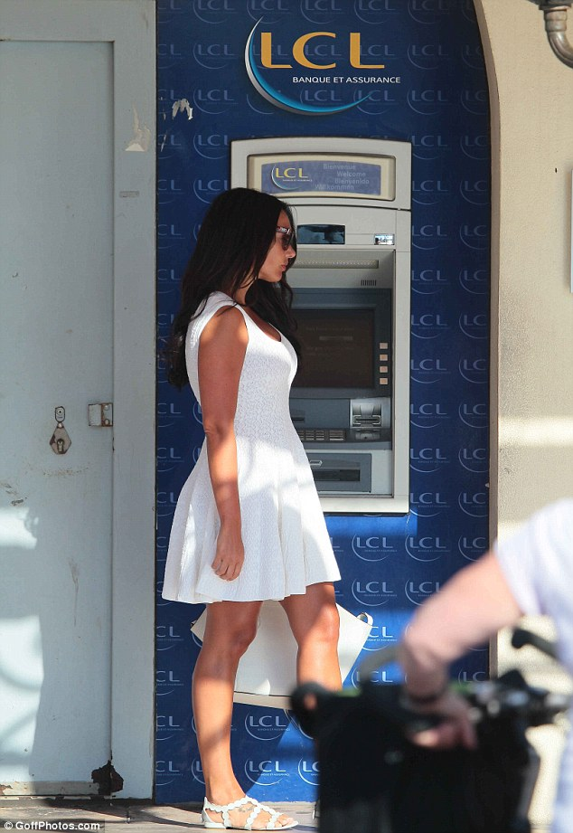 Wise idea: Tamara made sure she got cash out of an ATM before the pair embarked on their shopping trip