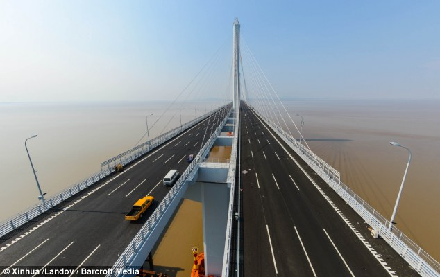 Long cross: Jiaxing-Shaoxing Sea Bridge is the world's longest and widest cable-stayed bridge, and stretches so far in the distance the end disappears in the mist