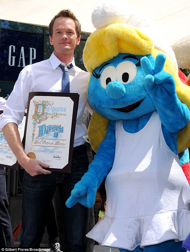 A proud father, on screen and off: the actor posed alongside another of the Smurfs who threw up the peace sign