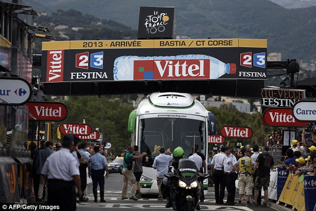 Farce: A bus was stuck under the finish line with the leading cyclists just kilometres away