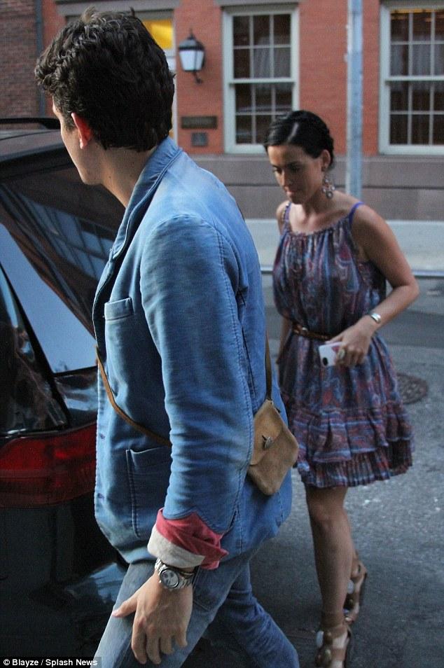 Mayer is a fan of pocket books too... John was seen carrying a murse (man pure)