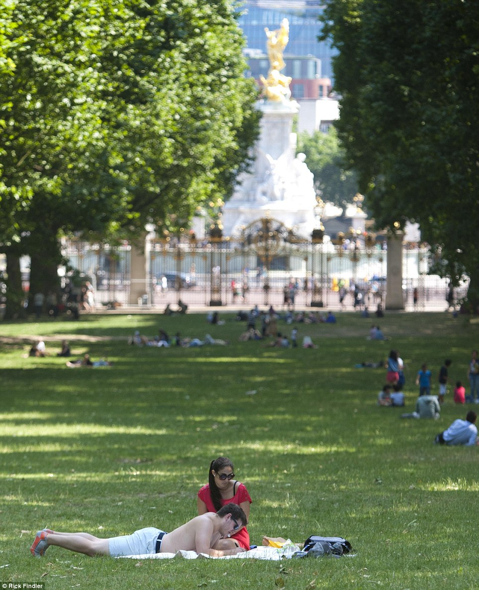Londoners pictured enjoying the ongoing heat and blazing sunshine today in Green Park, London