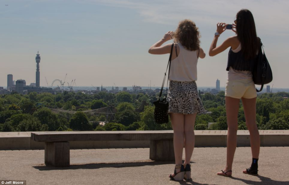 As the heatwave continues, these two women took time to take pictures of baking hot London landmarks in the city this afternoon