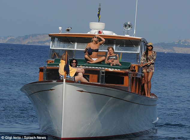 Kerry Kennedy and her daughter Mariah Matilda Cuomo, on vacation in Ischia, goes away in a boat of the Kennedy family, the Marilyn in Bikini