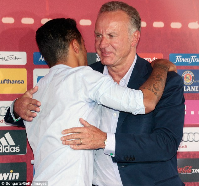 Danke! An embrace for Rummenigge after the official unveiling in Munich