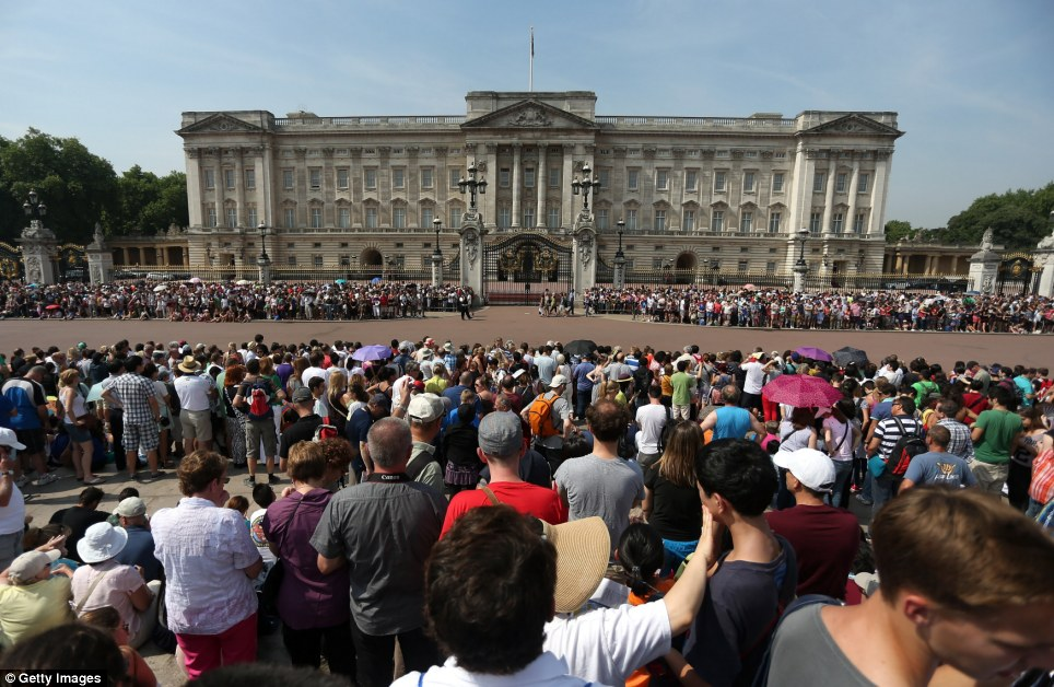 Thousands have gathered outside Buckingham Palace today, eagerly awaiting the official announcement on an easel which will be signed by the doctors who delivers the future King or Queen